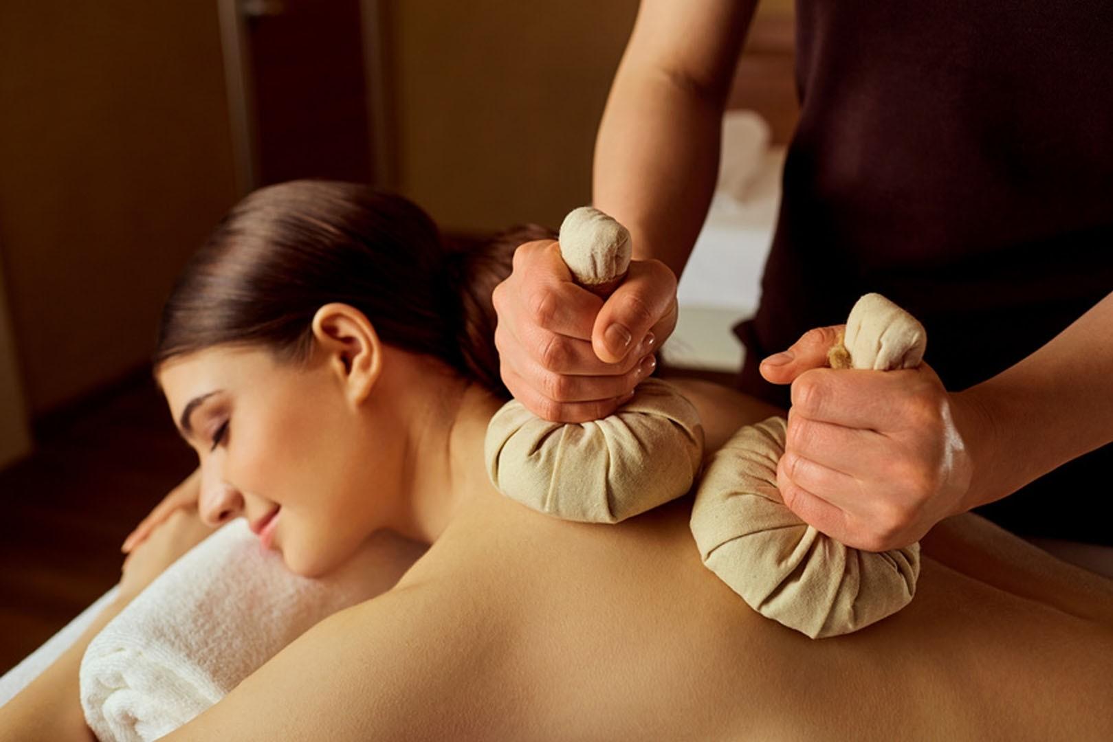 """""""Ziołowe przebudzenie"""" Tajski masaż stemplami ziołowymi 90 minut - dla niej"""