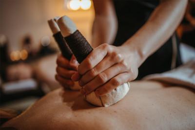 """""""Ziołowe przebudzenie"""" Tajski masaż stemplami ziołowymi 90 minut - dla niego"""